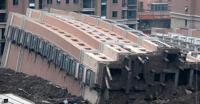 Тільки що побудована 13-поверхівка обвалилась на очах у людей! Всі затремтіли від страху! Що трапилося?