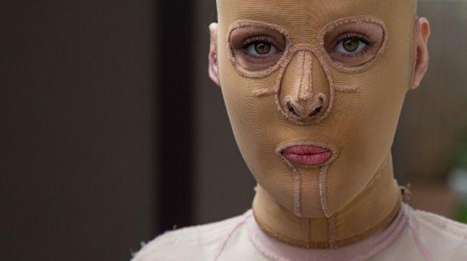 Дівчина без обличчя: вона зняла маску і показала всім своє обличчя