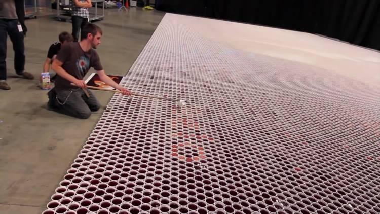 Він поставив 66 000 стаканчиків з водою на підлогу. Ви втратите дар мови, коли побачите, що вийшло в результаті