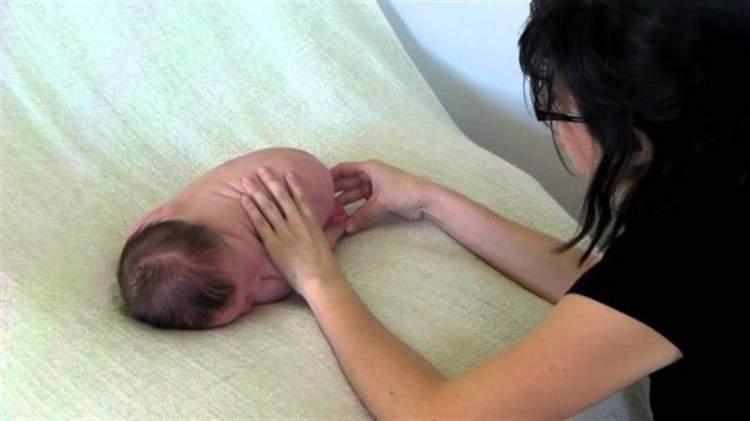 Вона поклала новонароджених близнюків на килим. Незабаром я не міг відірватися від екрану …