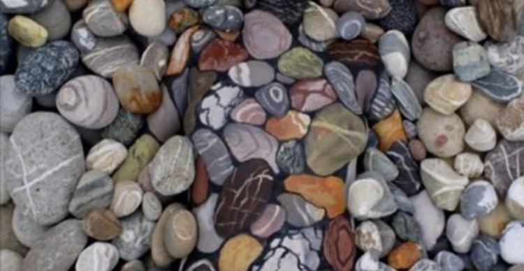 Серед цих каменів відпочиває жінка. Ви бачите її?