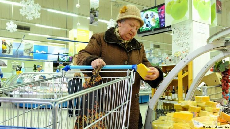 Старенька феєрично помстилася касирці в магазині. Буде знати, як грубіянити людям!