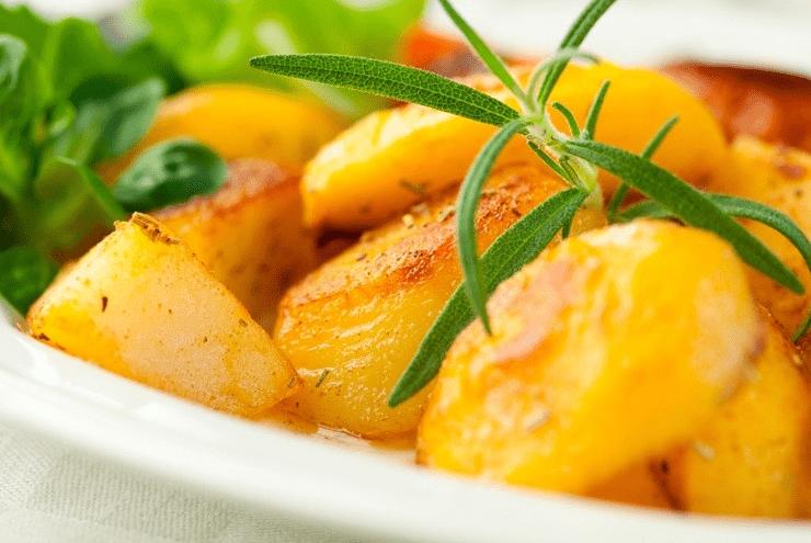 Як правильно запікати картоплю в духовці