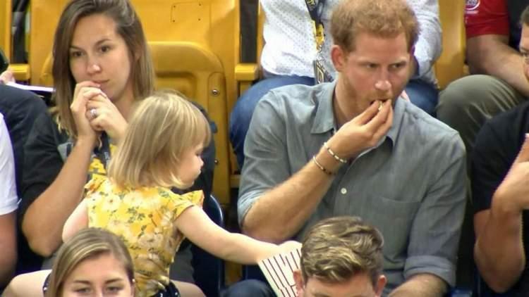 Дівчинка потайки їла попкорн принца Гаррі, і його реакція безцінна