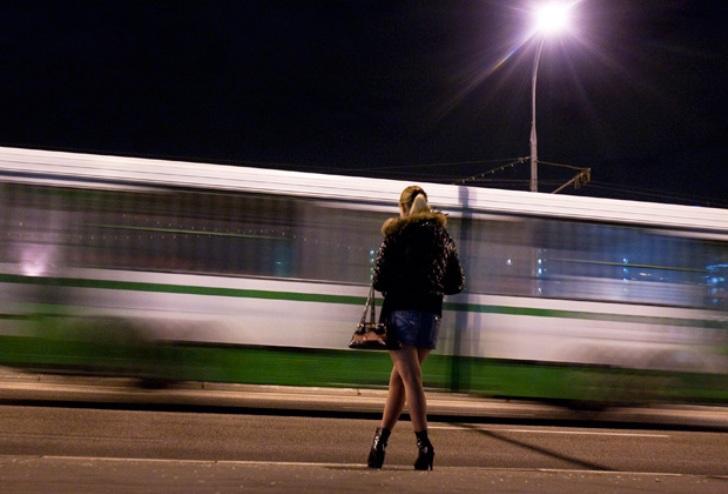 Вирішила по молодості швидко підзаробити грошей , встала біля вокзалу, чекаю