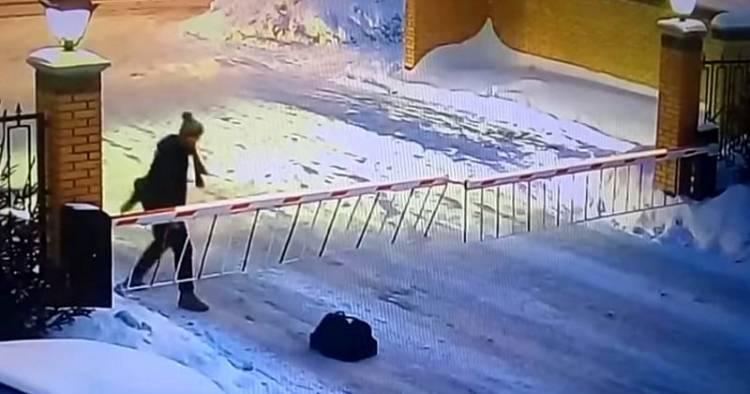 Її граціозний стрибок через шлагбаум — це щось! Мешканка Новосибірська прославилася на весь інтернет