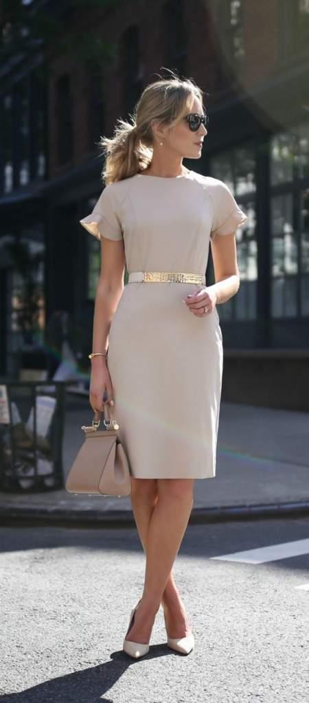 f11683c87c7a69 Такі варіанти, в більшості випадків, здешевлюють дорослу жінку. Тільки  сукні з дорогих матеріалів, таких як льон, шовк, батист зможуть привнести в  образ ...