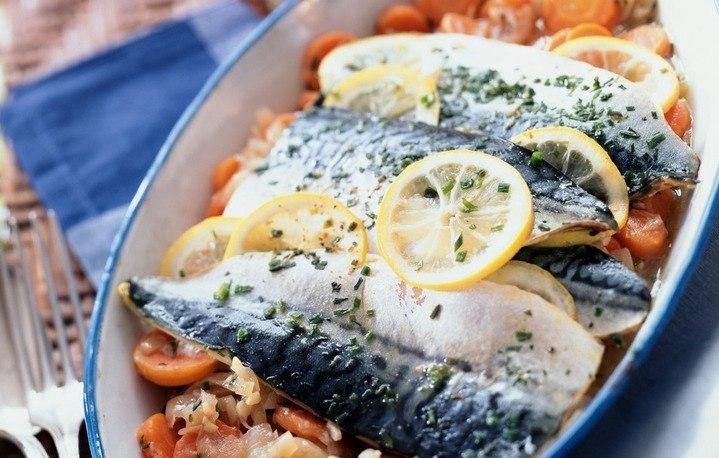Підкріпіться вітамінами і мікроелементами: скумбрія, запечена на подушці з овочів