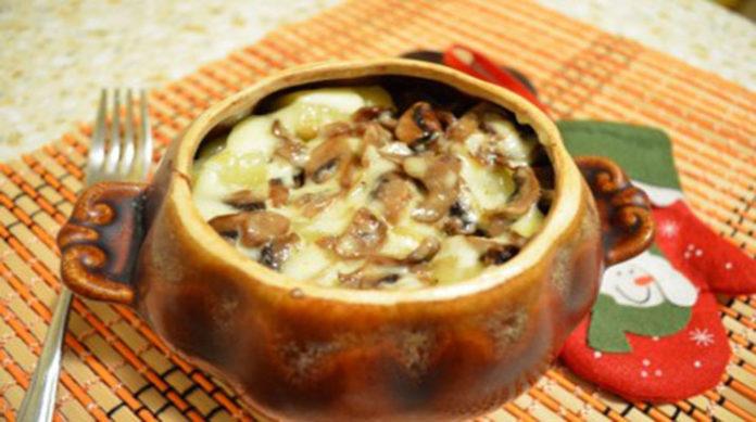 Запечена в горщику гречка з грибами під сирною скоринкою
